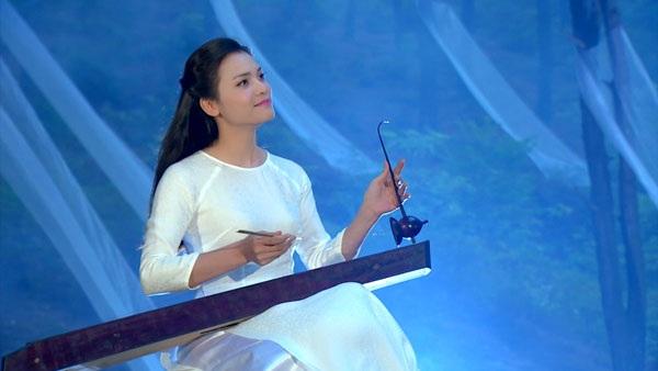 Hình ảnh nữ ca sĩ trong MV Mười đóa sen thơm.