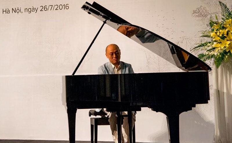 Nghệ sĩ piano Vũ Ngọc Linh biểu diễn ngắn tại buổi họp báo chiều ngày 26/7.