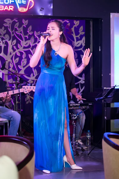 """Tối 30/ 7 tại Hà Nội đã diễn ra minishow """"Lá thư đô thị"""" của chàng ca sĩ """"triệu view"""" hay còn gọi là hiện tượng mạng Mai Trần Lâm. Ca sĩ Lê Trinh là một trong những khách mời của chương trình."""