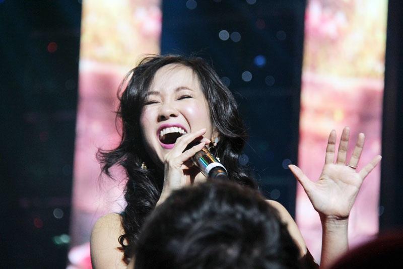 Ca sĩ Hồng Nhung luôn biết cách tỏa sáng trên sân khấu không chỉ về kỹ thuật hát mà còn cả phong cách biểu di (Ảnh: Trang Đỗ)