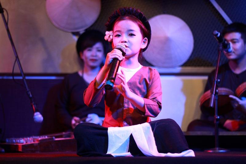 Cô bé 6 tuổi Mai Anh hát xẩm đốn tim khán giả