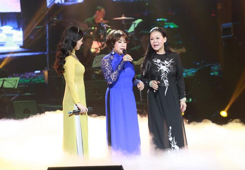 Khánh Ly- Lệ Thu và Hồng Nhung đã có một đêm nhạc rất ấn tượng, không chỉ về giọng hát mà những lời chia sẻ, tâm tình của người con xa quê nhận được đồng cảm từ khán giả Hà Nội.