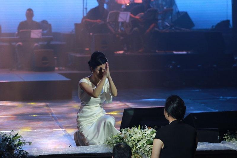 """Thậm chí, Hồng Nhung còn làm động tác """"vái lạy"""" nữ khán giả khi đang ngồi trên sân khấu."""