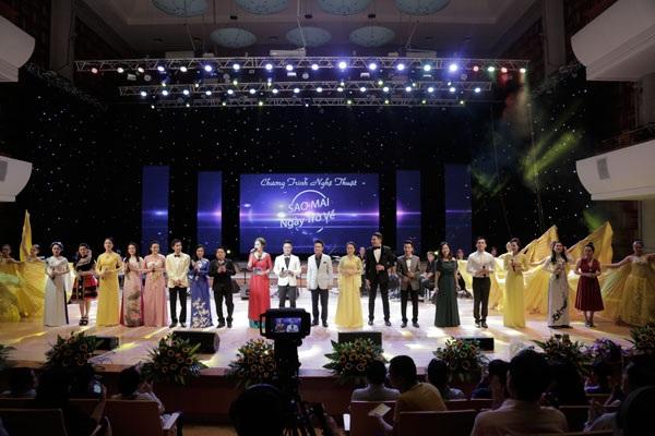 Toàn bộ ca sĩ tham gia chương trình thể hiện ca khúc mở màn Sao mai ngày mới.