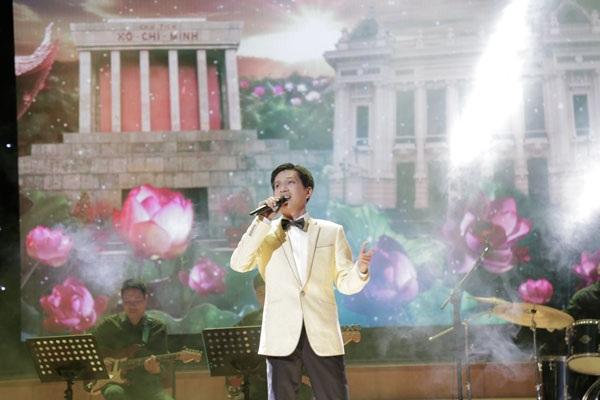 """Ca sĩ Tuấn Anh – một trong những giọng hát thính phòng xuất sắc của Việt Nam với ca khúc """"Bài ca Hà Nội""""."""