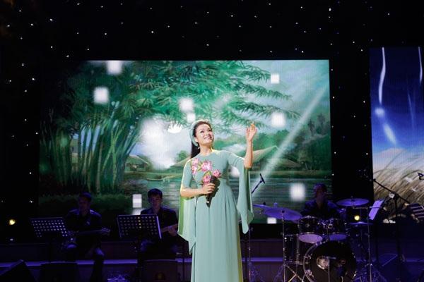 Ca sĩ Tân Nhàn chinh phục khán giả không chỉ bằng chất giọng soprano (nữ cao) đẹp, có màu sắc, mà còn ngập tràn cảm xúc.