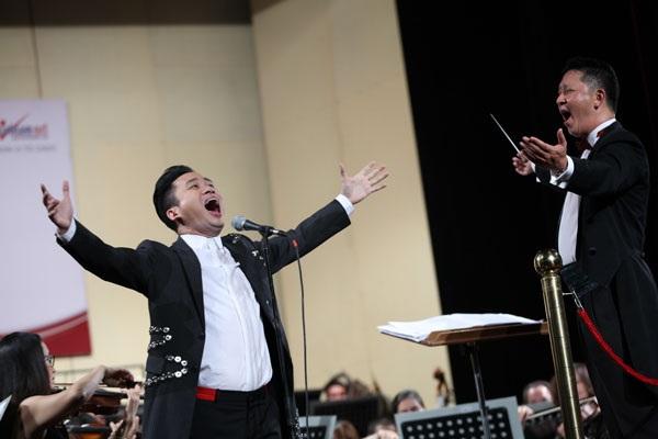 Ca sĩ Tùng Dương thể hiện Người là niềm tin tất thắng và Hồ trên núi.