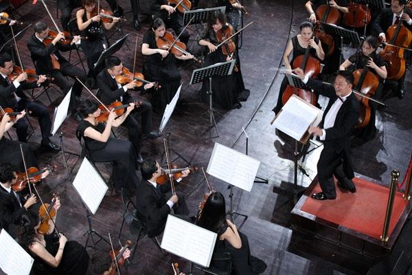 Nhạc trưởng Lê Phi Phi chỉ huy dàn nhạc trong chương trình Điều còn mãi.