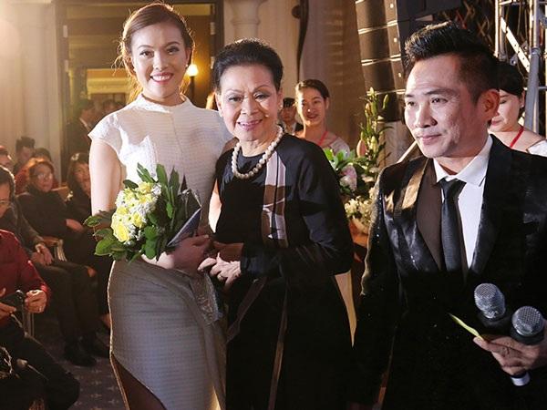 Á hậu Thúy Hằng được danhca Khánh Ly giới thiệu và thương mến tặng hoa trong đêm nhạc gây quỹ từ thiện tại Đà Lạt.