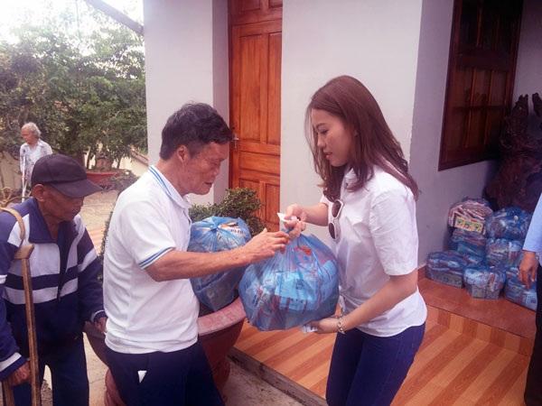 Đồng hành cùng danh ca Khánh Ly và nhiều nghệ sĩ khác trong hoạt động từ thiện, người đẹp gốc Nam Định xúc động trước nhiều hoàn cảnh éo le.