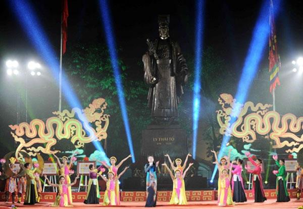 Chương trình ca nhạc khai mạc phố đi bộ diễn ra trước tượng đài vua Lý Thái Tổ.