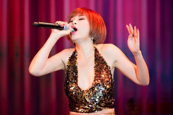 Ngọc Anh 3A da diết thể hiện các ca khúc trong đêm nhạc.