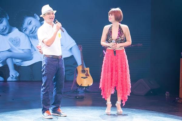 Xuân Bắc tung hứng với Ngọc Anh 3A trên sân khấu.