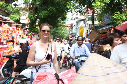 Vị khách quốc tế này cũng tỏ ra vui lây với không khí của ngày Trung Thu tại Việt Nam
