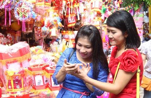 Họ đến chợ không chỉ đơn thuần là mua hàng mà đôi khi muốn lưu lại những khoảnh khắc của mình
