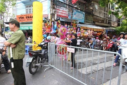 Để đảm bảo cho việc vui chơi mua sắm của người dân, mấy ngày này khu phố Hàng Mã được chính quyến sở quy hoạch hẳn thành một khu chợ theo đúng nghĩa