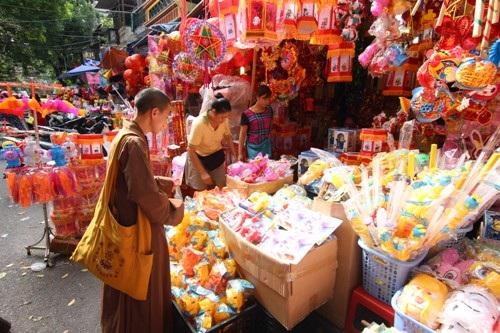 Cũng như mọi người, vị sư thầy này cũng tranh thủ ghé qua chợ chọn những món quà trung thu cho những đứa trẻ còn khó khăn, cơ nhỡ...