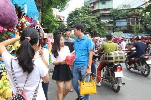 Từ nhiều năm nay Trung thu ở Hà Nội không chỉ giành cho những đứa trẻ mà đây cũng là dịp nam thanh nữ tú rủ nhau đi dạo chơi, giữa rộn ràng tiếng trống