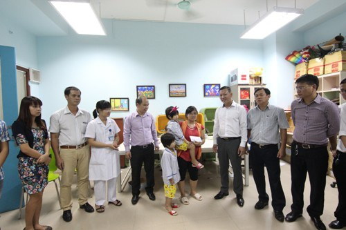 Đoàn trao quà cho hoàn cảnh của hai bệnh nhân suy tủy sương là Hải Phương và Yến Phương tại Viện huyết học truyền máu Trung ương