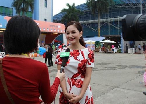 Diễn viên Lan Phương trong một lần trả lời báo chí về vai trò đại sứ du lịch Việt Nam