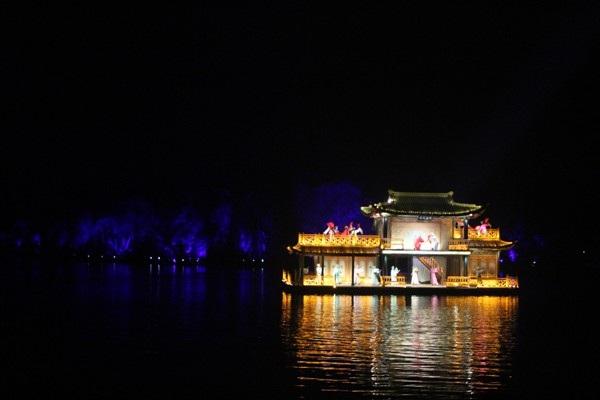 """""""Choáng"""" với show diễn trên mặt nước của 500 diễn viên - 9"""