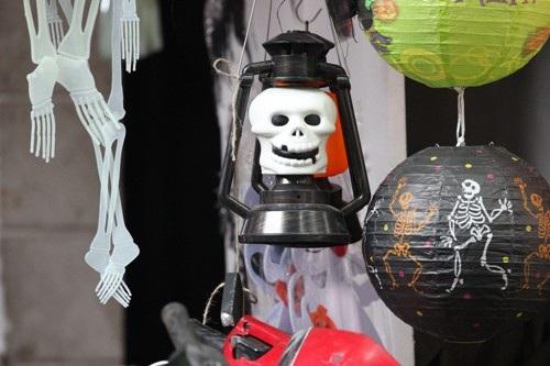 Những chiếc đèn cũng được người ta cải biên kinh dị hơn