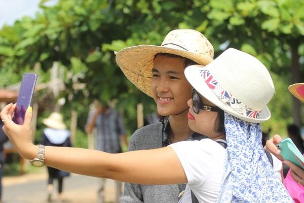 """Dàn diễn viên """"Tôi thấy hoa vàng trên cỏ xanh"""" bị du khách """"bủa vây""""  tại Phú Yên - 5"""