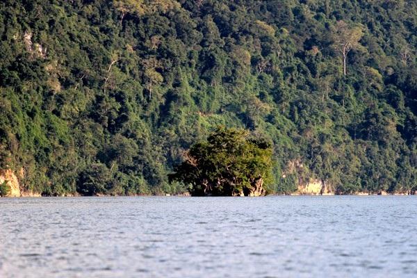 Mặc dù nằm ở độ cao 145 m so với mực nước biển nhưng hồ Ba Bể luôn giữ được màu xanh của mây trời hòa quyện.