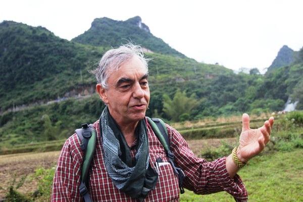Chứng kiến vẻ đẹp hùng vĩ của Thác Bản giốc, người du khách này đến từ Pháp tỏ ra thú vị khi lần đầu được chiêm ngưỡng một thác nước hùng vĩ giữa núi rừng Việt Nam.