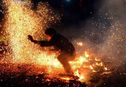 Tục nhảy lửa năm nay cũng được doanh nghiệp đưa vào trong tour phục vụ riêng cho du khách