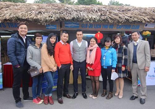 Đạo diễn Việt Anh trong một lần tham quan gian trưng bày của Câu lạc bộ du lịch Thủ đô