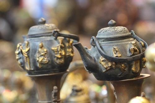 Hai chiếc ấm trà bằng đồng trông khá bắt mắt tại phiên chợ đồ cổ năm nay.