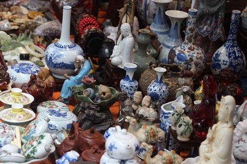 Bình gốm, lọ hoa sành và cả những bức tượng cũng được bày bán ở đây.