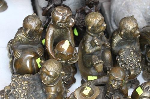 Theo chủ cửa hàng, việc bài trí tượng phong thủy khỉ mạ vàng ở vị trí thích hợp trong nhà sẽ mang lại điều tốt đẹp và may mắn cho gia chủ.