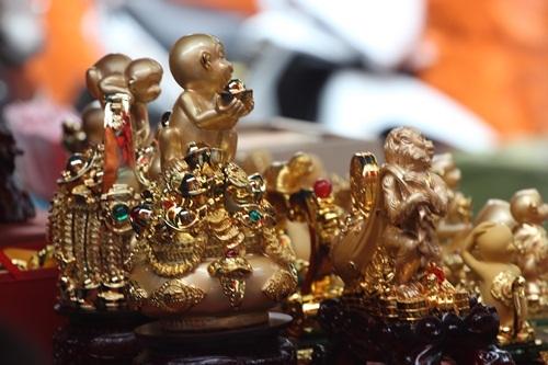 Những chú khỉ bằng chất liệu đồng mạ vàng thì có mức giá cao hơn khoảng trên 2 triệu đồng/con linh vật.