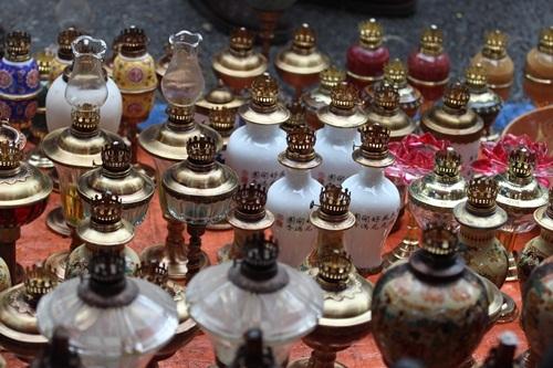 Phiên chợ đồ cổ cũng bày bán hàng trăm chiếc đèn dầu cổ với nhiều kiểu dáng. Giá một chiếc đèn thường giao động từ một đến vài triệu đồng/chiếc.