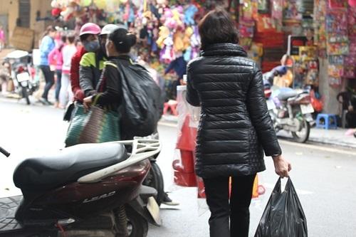 Người người len lỏi mua bán, mặc cả huyên náo cả khu phố...