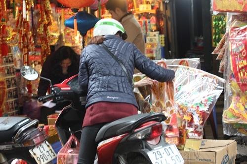Tranh thủ ngày nghỉ, người dân đội mưa đi sắm đồ cho ông Táo - 6