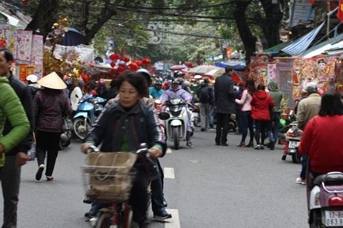 Tranh thủ ngày nghỉ, người dân đội mưa đi sắm đồ cho ông Táo - 12