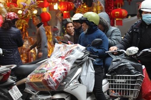 Tại Hà Nội, các con phố chuyên đồ hãng mã như phố Hàng Mã những ngày này luôn đông nghẹt người mua sắm.