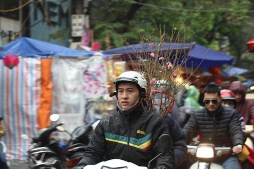 Tranh thủ ngày nghỉ, người dân đội mưa đi sắm đồ cho ông Táo - 19