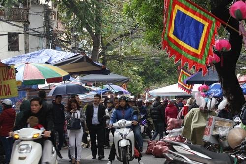 Tranh thủ ngày nghỉ, người dân đội mưa đi sắm đồ cho ông Táo - 18
