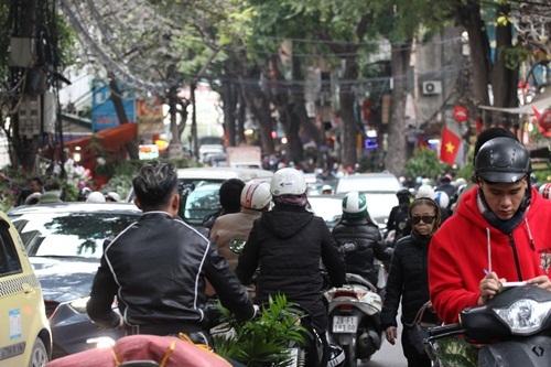Người dân ùn ùn đổ về chợ Bưởi mua hoa chơi Tết - 6