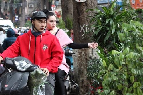 Trong những ngày này, nếu đi qua đường Hoàng Hoa Thám ta rất dễ bắt gặp trên những chiếc xe máy có những chậu hoa hay vài thứ cây cảnh.