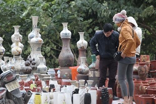 Người dân ùn ùn đổ về chợ Bưởi mua hoa chơi Tết - 17
