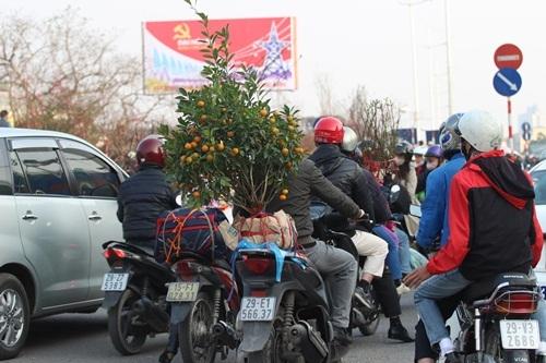 Nhiều đoạn đường như đường Âu Cơ, đoạn chay qua chợ hoa Quảng An tình trạng tắc đường cục bộ liên tục xảy ra khiến các phương tiện giao thông đi lại hết sức khó khăn.