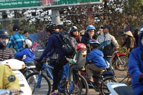 Không chỉ với người dân Việt, những du khách quốc tế cũng xuống đường hòa chung không khí đón giao thừa ngày cuối năm