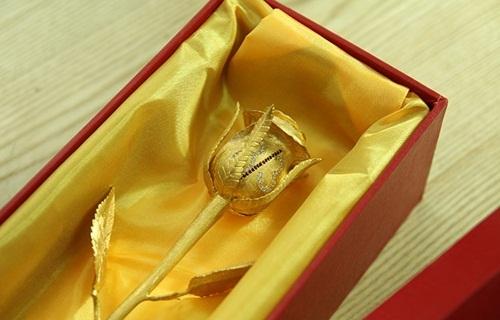 Doanh nghiệp này cũng từng nâng cấp mẫu hoa hồng vàng đúc nguyên khối đó bằng kim cương và ruby, đẩy giá trị sản phẩm lên đến 250 triệu đồng.
