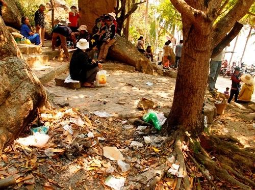 Chính vì thế tình trạng xả rác tại các điểm du lịch nổi tiếng ở khắp nơi vẫn không được cải thiện nhiều
