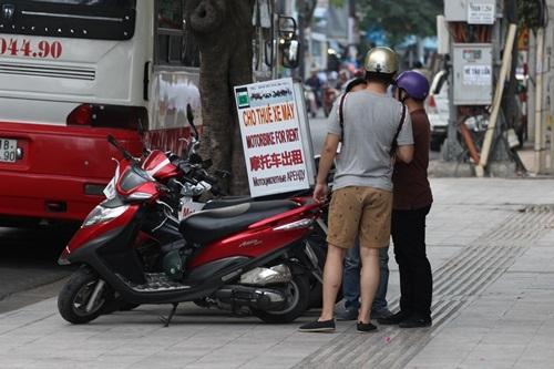 Quán phở treo biển tiếng Trung, dịch vụ thuê xe máy cũng treo biển tiếng Trung. Đây là dịch vụ hiện đang kiếm bội tiền ở Nha Trang thời gian gần đây